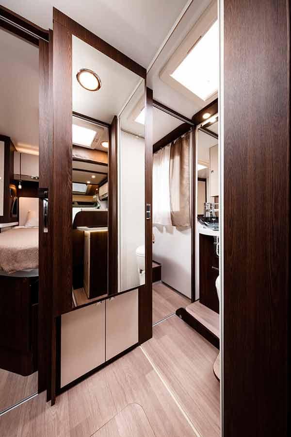 Acceso al dormitorio principal en la autocaravana